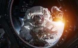 Astronauta que trabalha em elementos de uma rendição da estação espacial 3D do th ilustração stock