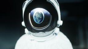 Astronauta solo en el pasillo futurista del espacio, sitio vista de la tierra cantidad cinemática 4k