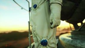 Astronauta solo en el planeta extranjero Martian en con base metálica Concepto futuro 4K stock de ilustración