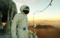 Astronauta solo en el planeta extranjero Martian en con base metálica Concepto futuro representación 3d Foto de archivo libre de regalías