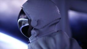 Astronauta solo en la nave espacial futurista, sitio vista de la tierra cantidad cinemática 4k almacen de metraje de vídeo