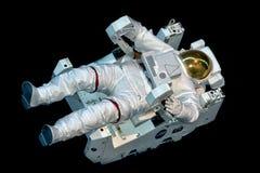 Astronauta Space Suit aislado mientras que flota en negro Fotos de archivo