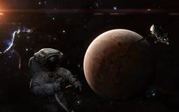 Astronauta, stacja kosmiczna i Mars, Układ Słoneczny, mgławica, gwiazdowi grona Nauki fikci sztuka zdjęcie stock
