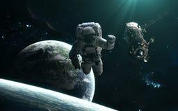 Astronauta, stacja kosmiczna, planety i gwiazdowi grona, Głębokiej przestrzeni krajobraz w turkusu świetle Nauki fikci sztuka ilustracja wektor