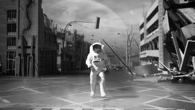 Astronauta in un fondo rovinato della città nello stile 3 di apocalisse della posta illustrazione vettoriale