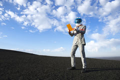 Astronauta Using Futuristic Tablet di affari sulla luna Immagine Stock Libera da Diritti