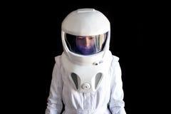 Astronauta w hełmie patrzeje puszek Fantastyczny astronautyczny kostium Eksploracja kosmos zdjęcia royalty free