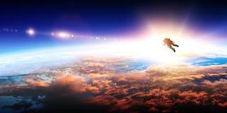 Astronauta y planeta, humanos en concepto del espacio imágenes de archivo libres de regalías