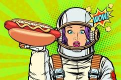 Astronaute affamée de femme avec la saucisse de hot-dog Images libres de droits