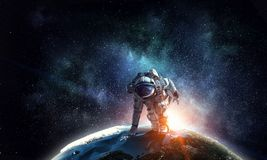 Astronaute commençant à courir Media mélangé