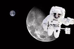 Astronaute dans l'espace extra-atmosphérique - éléments de cette image meublés par la NASA Image stock