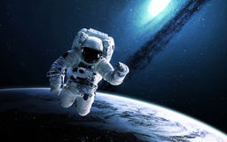 Astronaute dans l'espace extra-atmosphérique Éléments de cette image meublés par la NASA Image stock