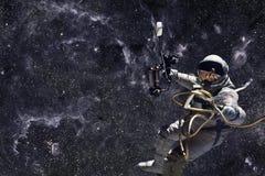 Astronaute dans l'espace extra-atmosphérique Photographie stock