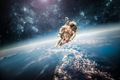Astronaute dans l'espace extra-atmosphérique Image libre de droits