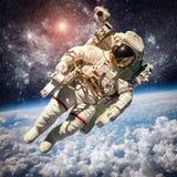Astronaute dans l'espace extra-atmosphérique Images libres de droits
