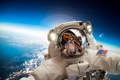 Astronaute dans l'espace extra-atmosphérique Photographie stock libre de droits