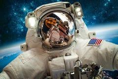 Astronaute dans l'espace extra-atmosphérique Photos stock