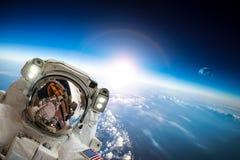 Astronaute dans l'espace extra-atmosphérique Photo libre de droits