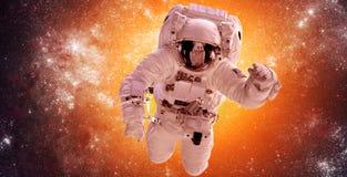 Astronaute dans l'espace extra-atmosphérique Photo stock