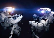 Astronaute dans l'espace extra-atmosphérique contre le contexte de image stock