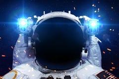 Astronaute dans l'espace extra-atmosphérique contre le contexte de Photo stock