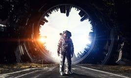 Astronaute dans l'espace extra-atmosphérique Media mélangé Photographie stock libre de droits