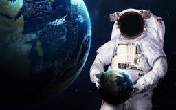 Astronaute dans l'espace extra-atmosphérique spacewalk Éléments de cette image meublés par la NASA images libres de droits