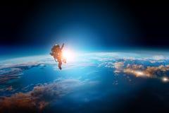 Astronaute et plan?te, humains dans le concept de l'espace photo stock