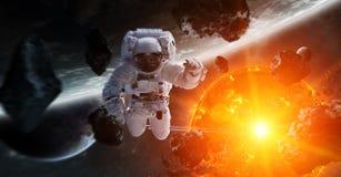 Astronaute flottant dans des éléments de rendu de l'espace 3D de cette image Photo stock