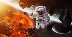 Astronaute flottant dans des éléments de rendu de l'espace 3D de cette image Image libre de droits