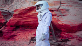 Astronaute futuriste sur la planète rose folle, image Photos libres de droits