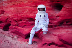 Astronaute futuriste sur la planète rose folle, image Photos stock