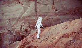 Astronaute futuriste sur une autre planète, image avec l'effet de la tonalité Images libres de droits