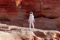 Astronaute futuriste sur une autre planète, image avec l'effet de la tonalité Photo stock