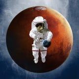 Astronaute, jugeant une terre de planète disponible dessus illustration libre de droits