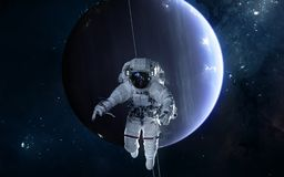 Astronaute sur le fond d'Uranus Syst?me solaire La science-fiction image libre de droits