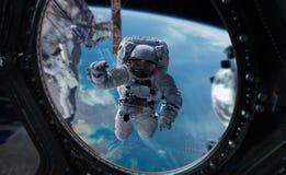 Astronaute travaillant aux éléments d'un rendu de la station spatiale 3D du Th Photo stock