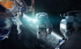 Astronaute travaillant aux éléments d'un rendu de la station spatiale 3D du Th Photos libres de droits