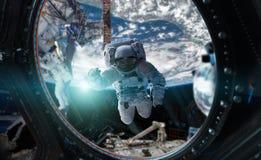 Astronaute travaillant aux éléments d'un rendu de la station spatiale 3D du Th Images libres de droits