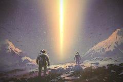 Astronauten die aan geheimzinnigheid lichtstraal van de hemel lopen royalty-vrije illustratie