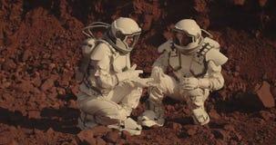 Astronauten die rotssteekproeven op Mars verzamelen stock videobeelden