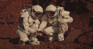 Astronauten die rotssteekproeven op Mars verzamelen stock footage