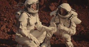Astronauten die rotssteekproeven op Mars verzamelen stock video