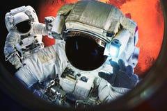 Astronauten nahe dem Mars-Planeten stockfotos