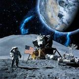 Astronautengang op de maanslijtage cosmosuit Toekomstig concept Elementen van dit die beeld door NASA F wordt geleverd stock fotografie