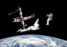 Astronautes dans l'espace extra-atmosphérique - éléments de cette image meublés par la NASA Images libres de droits