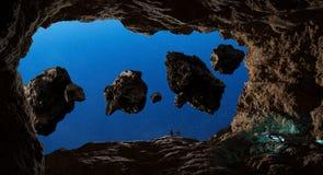 Astronautes explorant une caverne dans les éléments en forme d'étoile du rendu 3D de Photo libre de droits