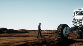 Astronautet går på den främmande planeten Marsinvånaren fördärvar på Science fictionbegrepp framförande 3d Royaltyfria Foton