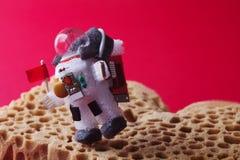 Astronautet undersöker den röda planeten fördärvar Spacesuit för tecken för ljus kula iklädd och astronautammunitionar Kosmonaut  Arkivfoton
