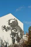 Astronautmurales på en vägg i Berlin med blå himmel royaltyfria foton
